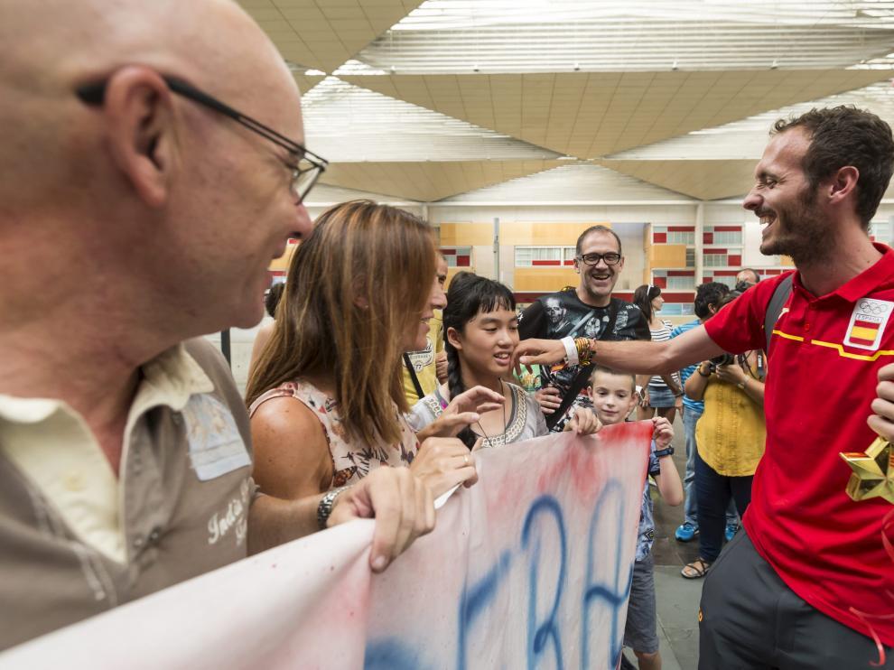 Toni Abadía es recibido por sus familiares y amigos en la estación de Delicias