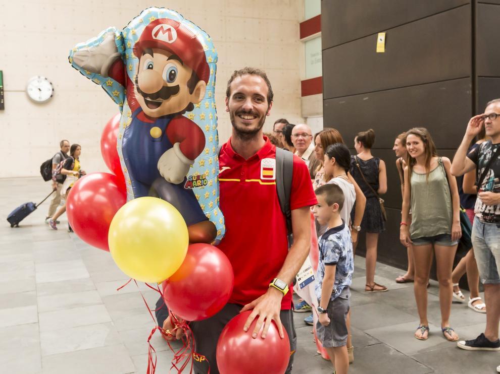 Toni Abadía fue recibido por sus seres queridos en la estación de Delicias