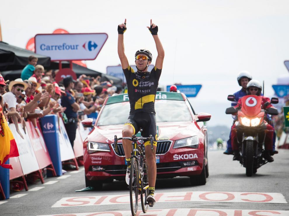 Calmejane celebra su victoria tras ganar en la jornada de la Vuelta Ciclista