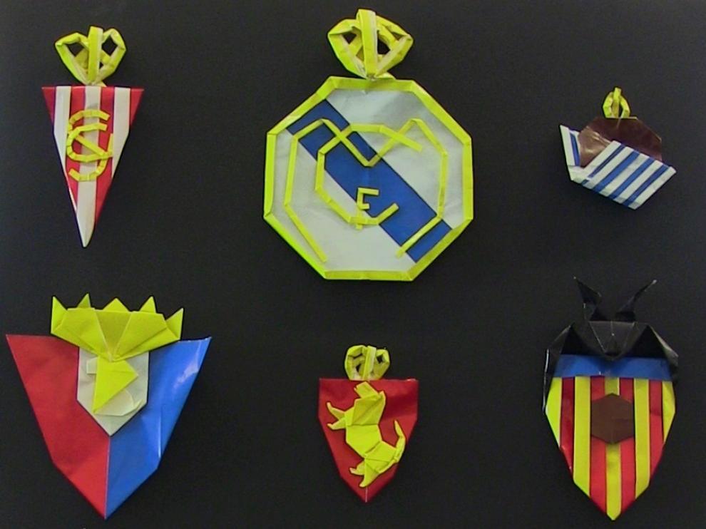 Los escudos de Primera y Segunda, de papel