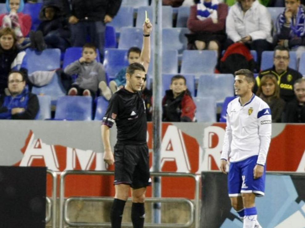 Figueroa Vázquez muestra la tarjeta amarilla a Abraham en un Real Zaragoza-Numancia de hace tres temporadas en La Romareda que acabó 1-2 a favor de los sorianos.