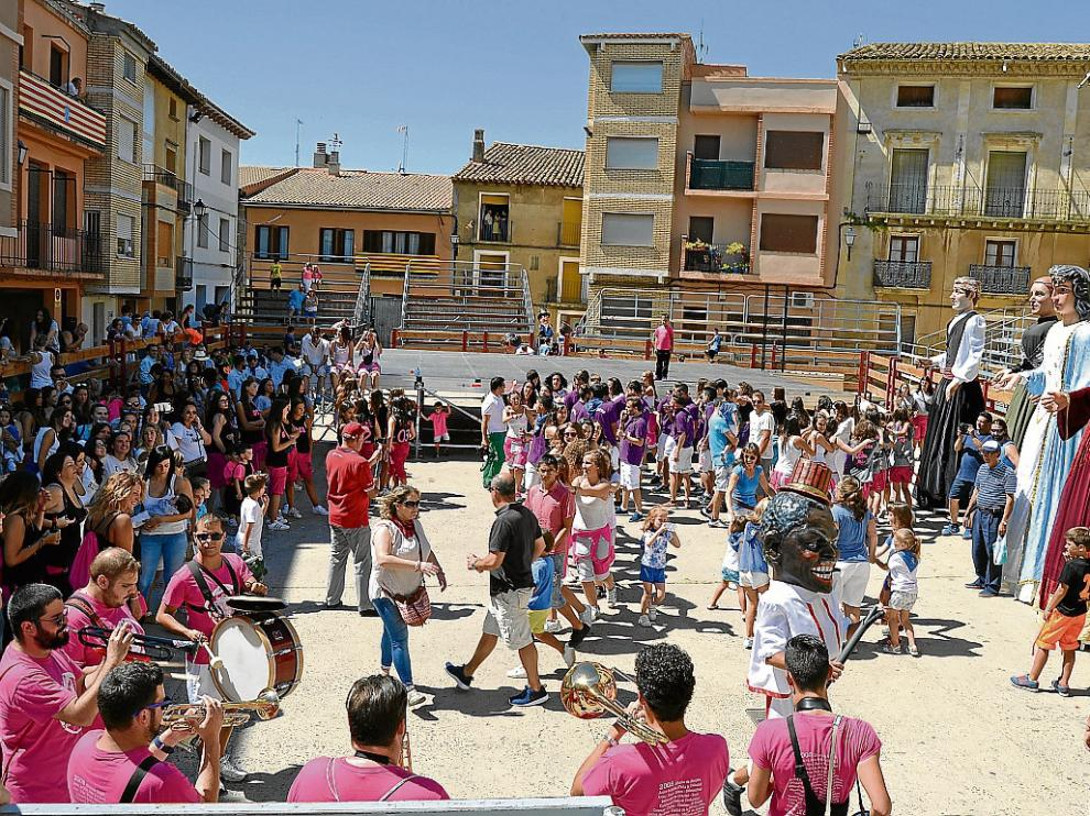Los biotanos celebran el inicio de las fiestas en la plaza del Ayutamiento.