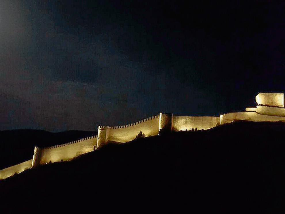 Imagen de las primeras pruebas de iluminación de la muralla de Albarracín.
