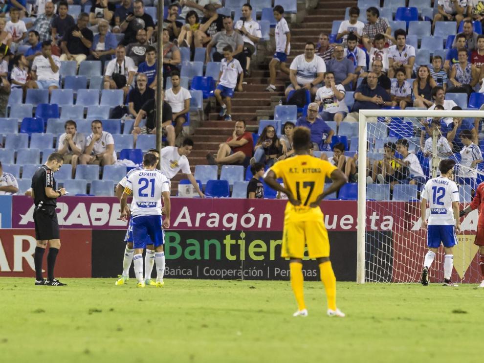 El árbitro Valdés Aller anota la tarjeta amarilla, que no roja, que mostró a Irureta en el penalti que cometió el portero zaragocista por derribo al delantero del UCAM Jona.