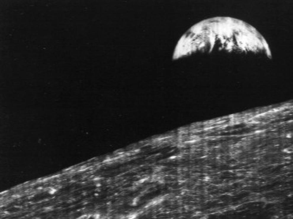 Primera fotografía de la Tierra realizada desde la Luna por la nave Lunar Orbiter 1.