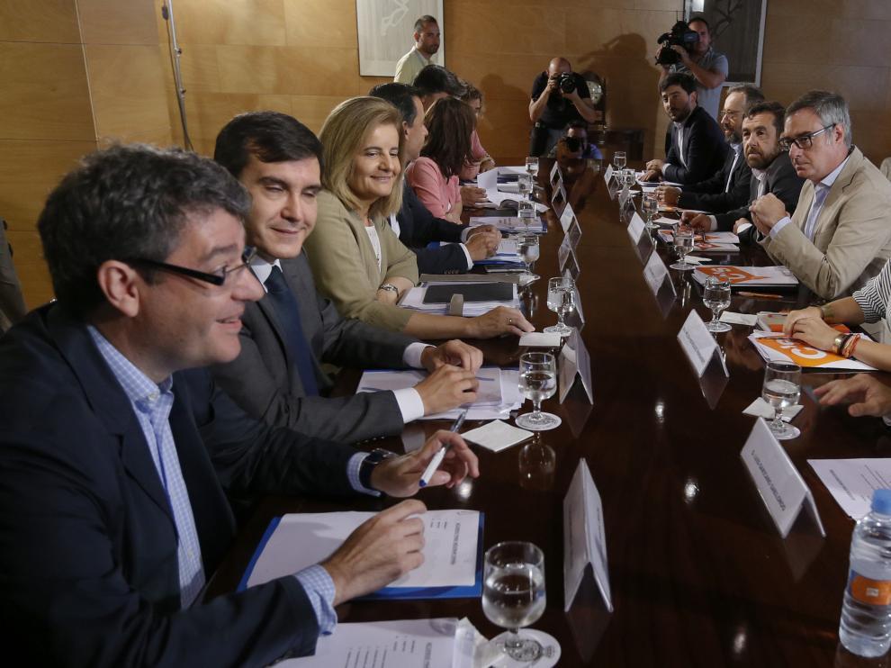El equipo del PP y Ciudadanos en las negociaciones previas a la posible investidura de Rajoy