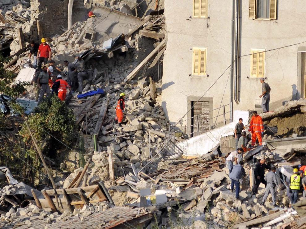Labores de rescate en Pescara del Tronto.