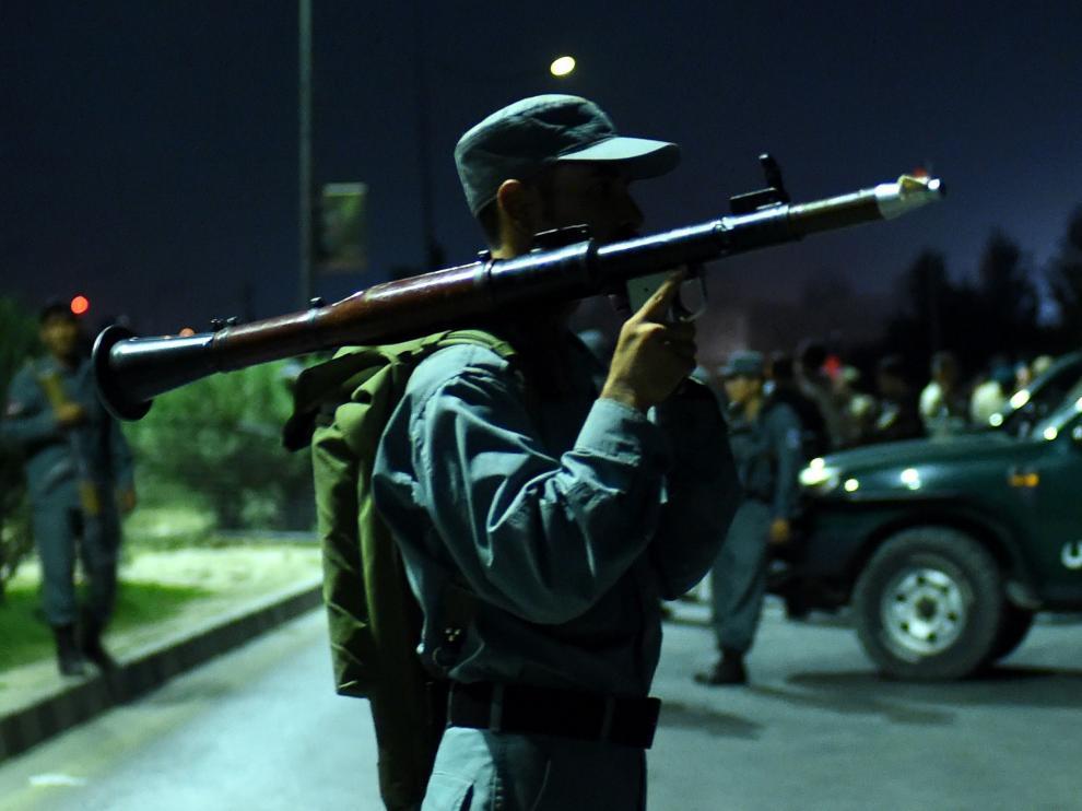 Un agente de seguridad afgano junto a la universidad atacada