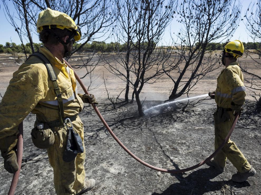 Labores de refresco en la zona afectada por el fuego.