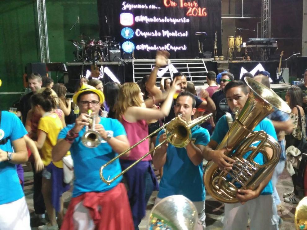 La charanga anima con su música popular las fiestas de Beceite.