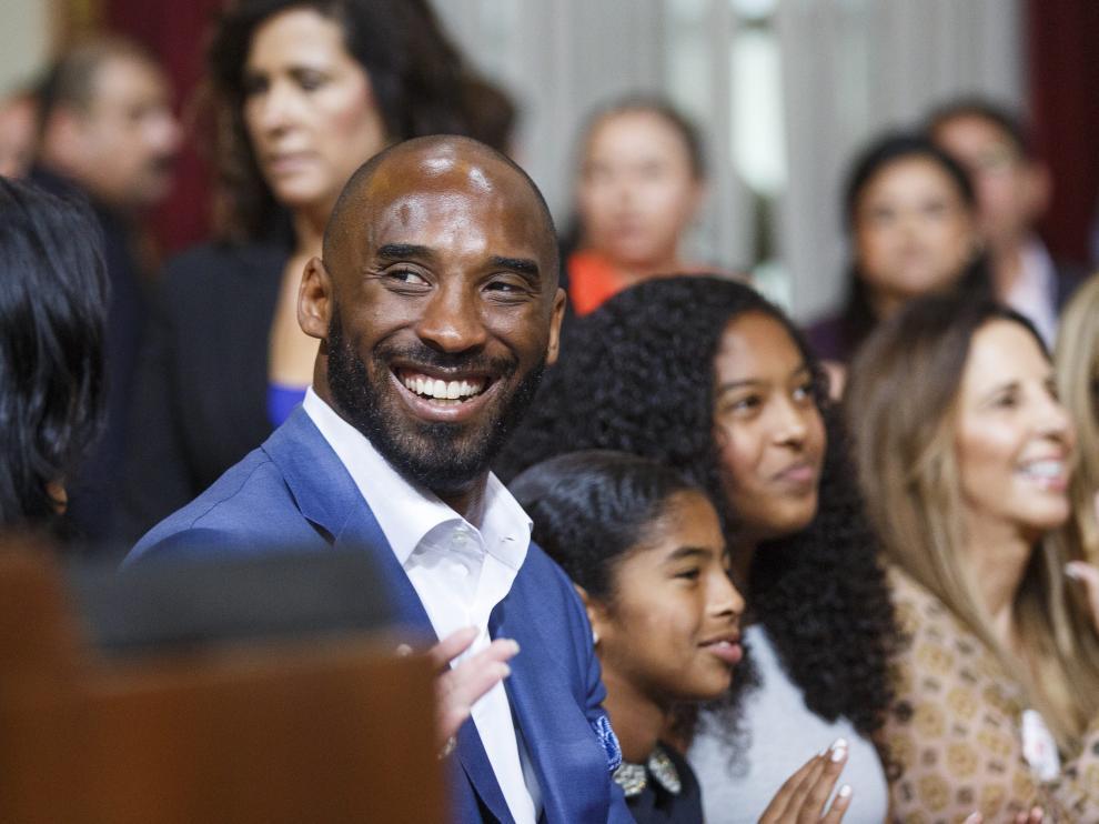 Kobe Bryant durante la ceremonia en su honor junto a sus hijas.