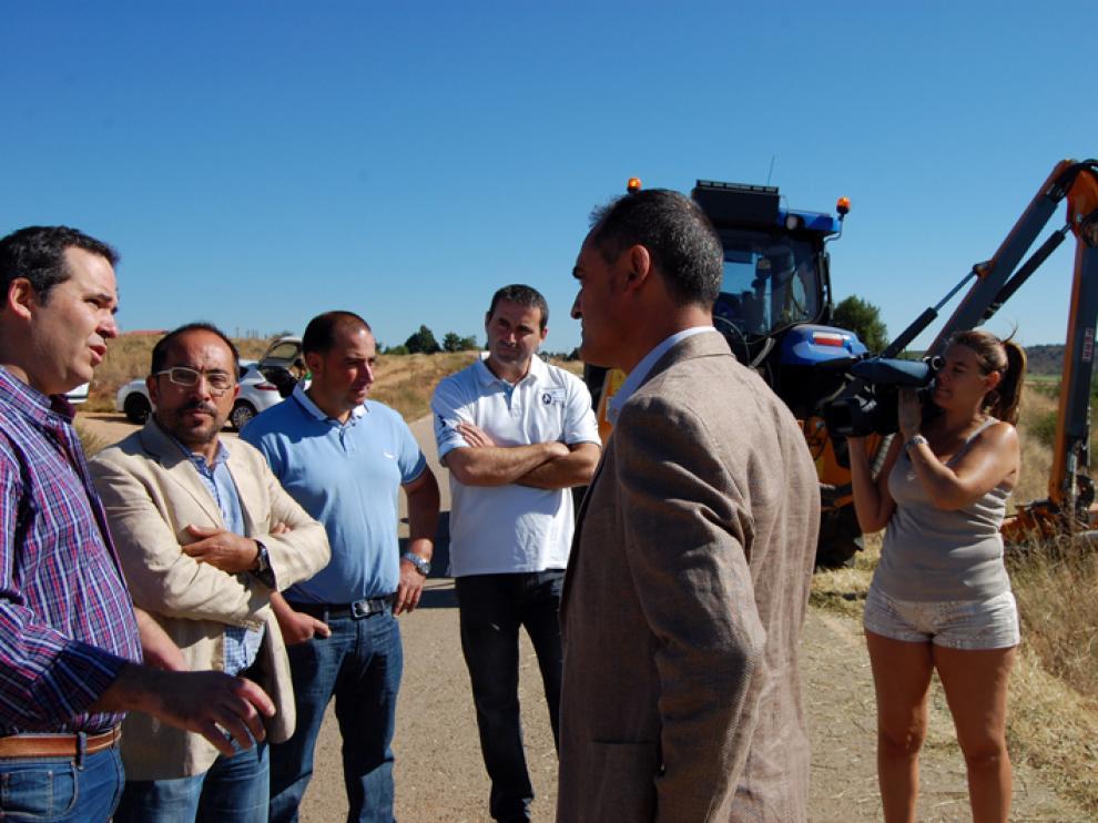 Los trabajos de desbroce han sido supervisados sobre el terreno por el presidente de la Diputación Provincial, Luis Rey, este miércoles.