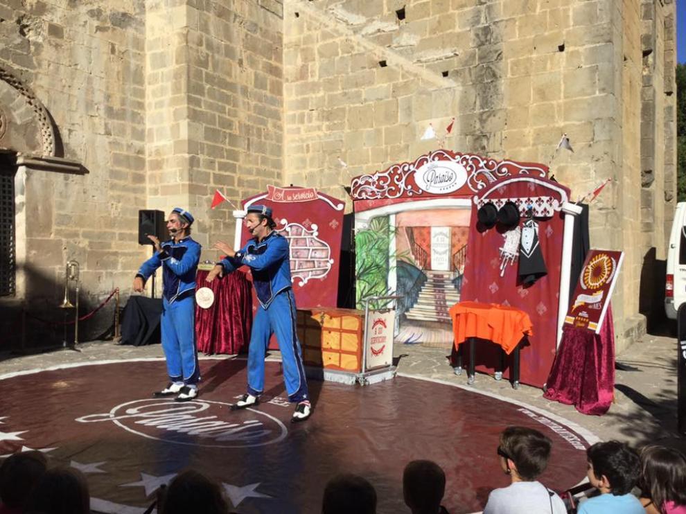 Los escenarios del festival se situaron en el entorno de la iglesia de Santa Cruz de la Serós.
