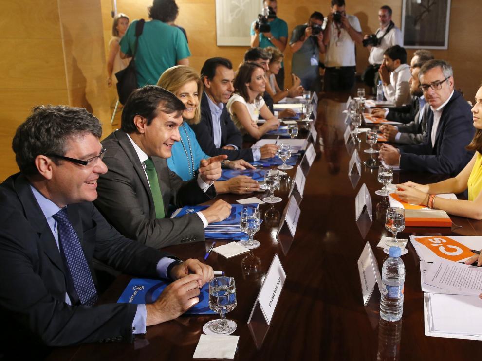 Los integrantes del equipo negociador del PP y de Ciudadanos vuelven a encontrarse para negociar.