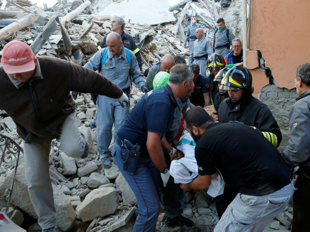 Tareas de rescate entre los escombros en Amatrice