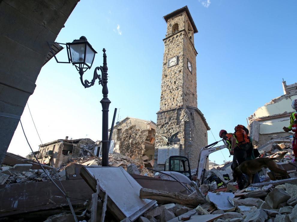 Equipos de rescate trabajando entre los escombros de un edificio en Amatrice.