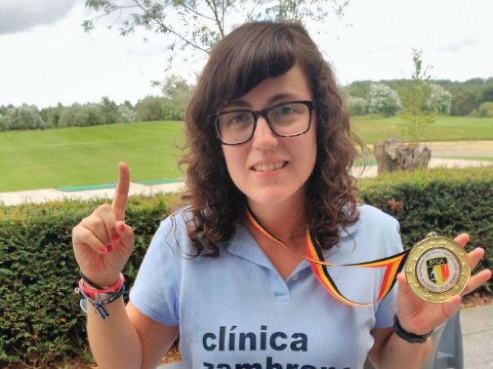 Thania Requena posa con la medalla lograda en Bélgica