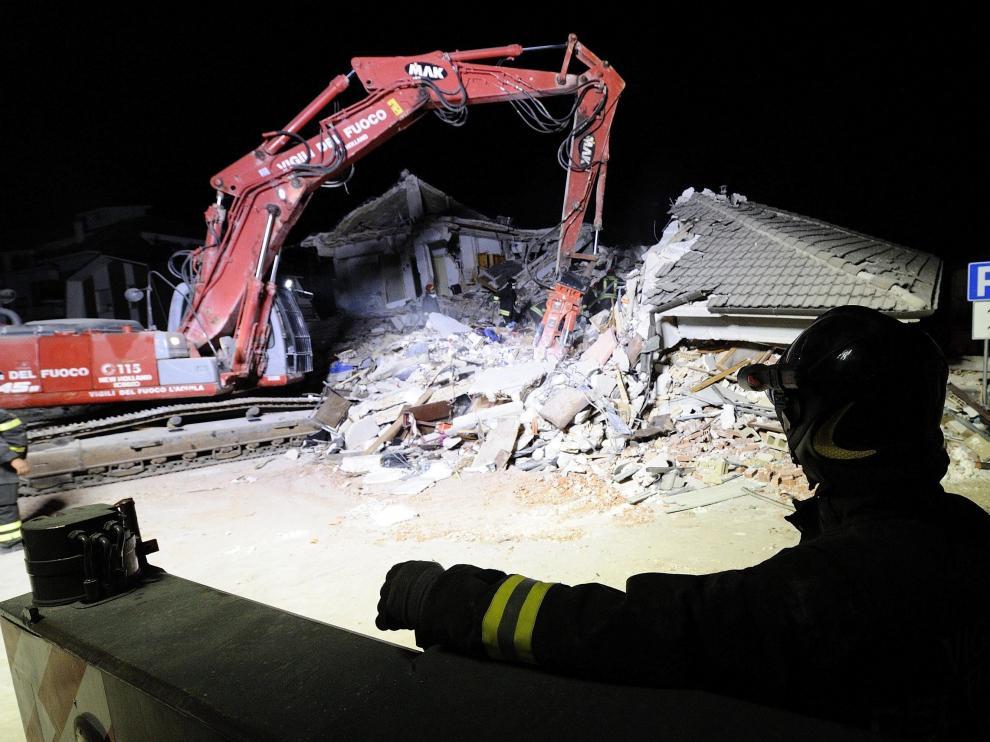 Una excavadora retira los escombros para tratar de salvar a más víctimas
