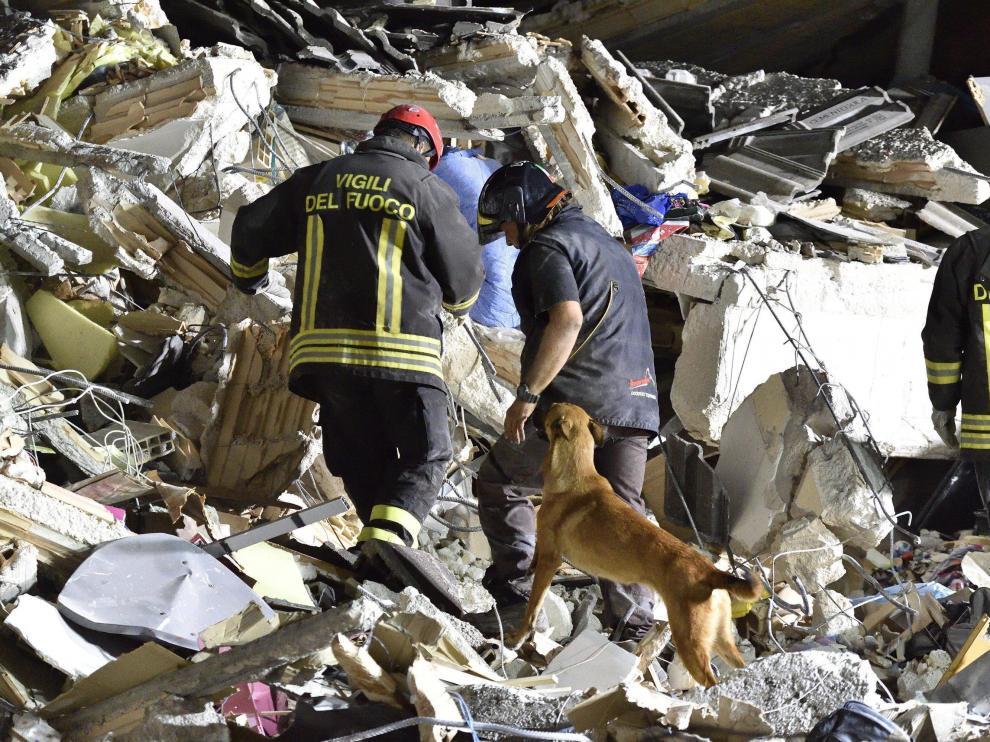 Los equipos de rescate buscan a personas entre los escombros.