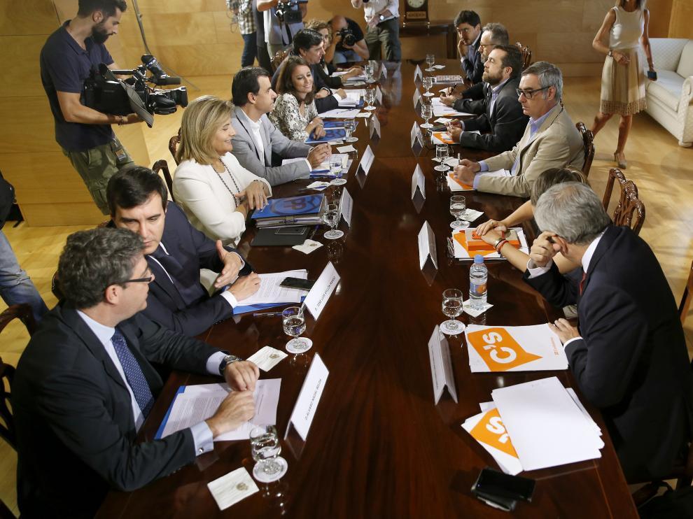 Mesa de negociación de PP y Ciudadanos.