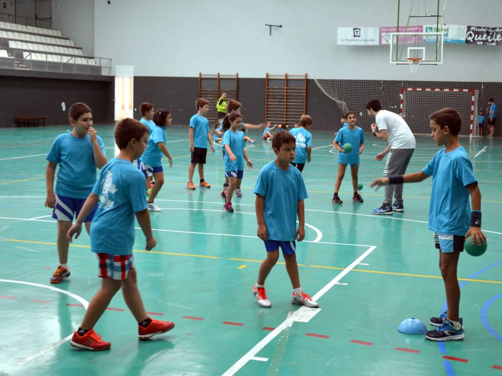 Varios niños durante uno de los entrenamientos en el polideportivo de Tarazona