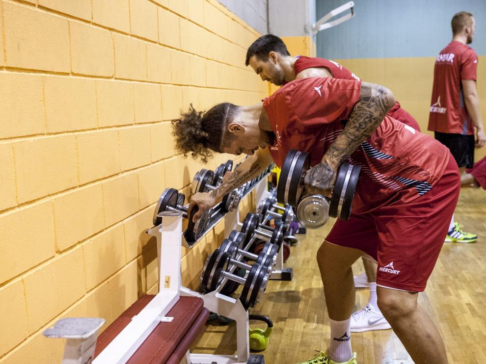 El ala-pívot del CAI, Isaac Fotu, realiza un ejercicio en el gimnasio durante esta pretemporada.
