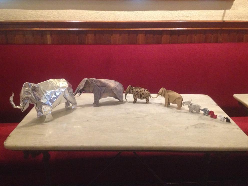 Nueve elefantes elaborados por el Grupo Zaragozano de Papiroflexia.