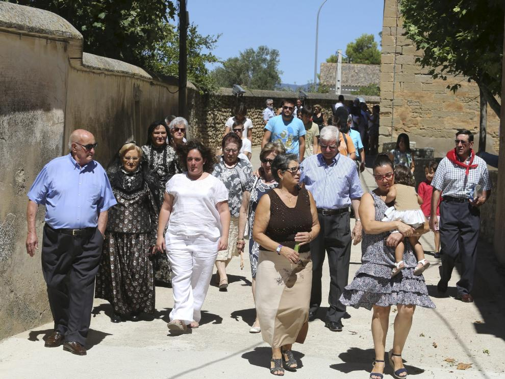 Vecinos en la salida de la misa en honor del patrón.