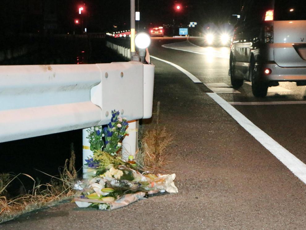 Flores en homenaje a la mujer fallecida en Japón tras ser arrollada por un conductor que jugaba a Pokémon Go.