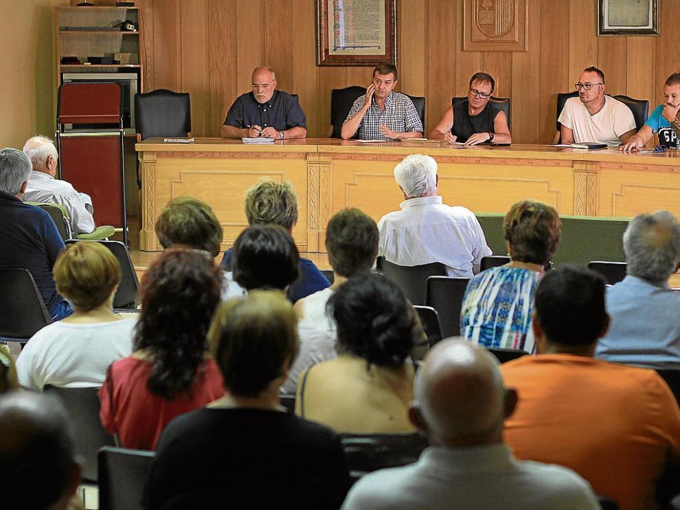 Vecinos y trabajadores de Estercuel se reunieron ayer en asamblea para valorar la situación.