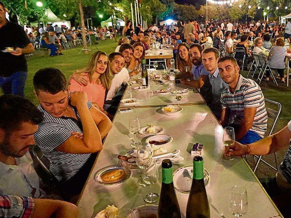 Un grupo de jóvenes, en el último Festival Vino Somontano, tomando vinos y tapas.