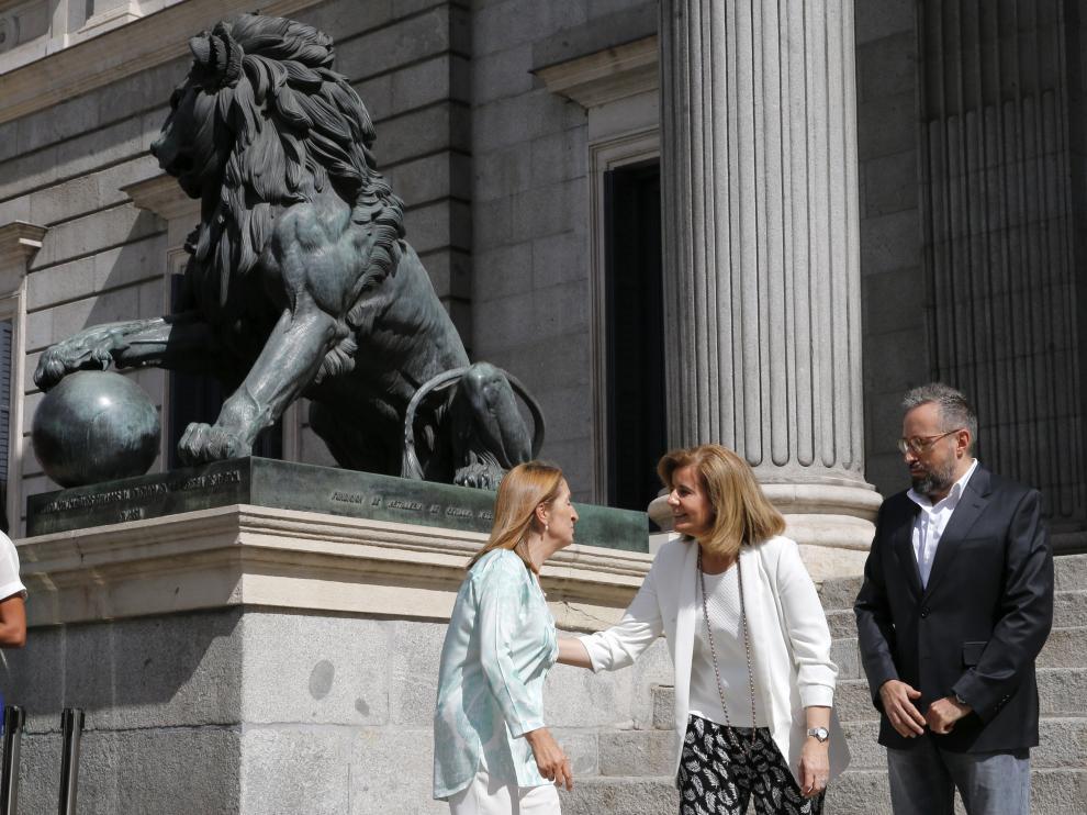 La ministra de Empleo y Seguridad Social en funciones, Fátima Báñez, conversa con el portavoz de Ciudadanos, Juan Carlos Girauta