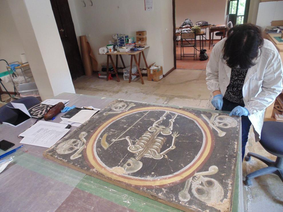 Parte de las labores se centran en un monumento funerario hallado en los almacenes de la Catedral.
