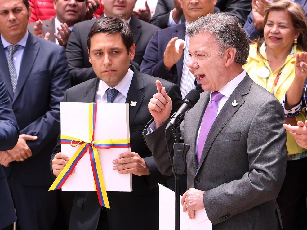 Juan Manuel Santos anuncia el fin de las FARC con un plebiscito este 2 de octubre.