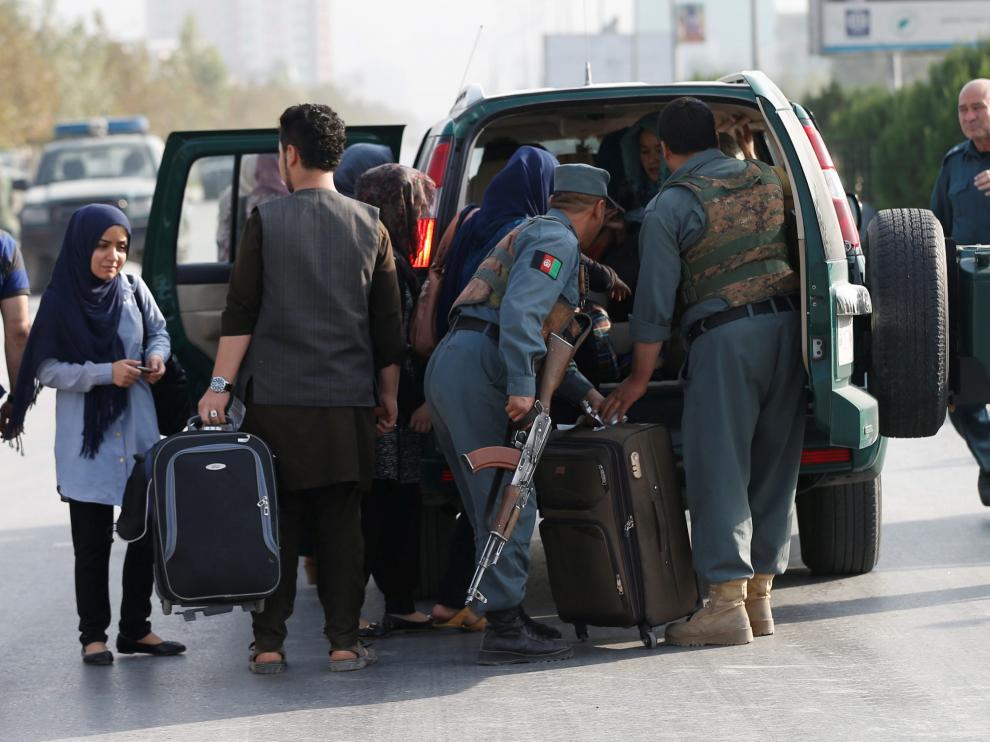 Las fuerzas de seguridad evacúan a los estudiantes durante el ataque a la universidad americana de Kabul.