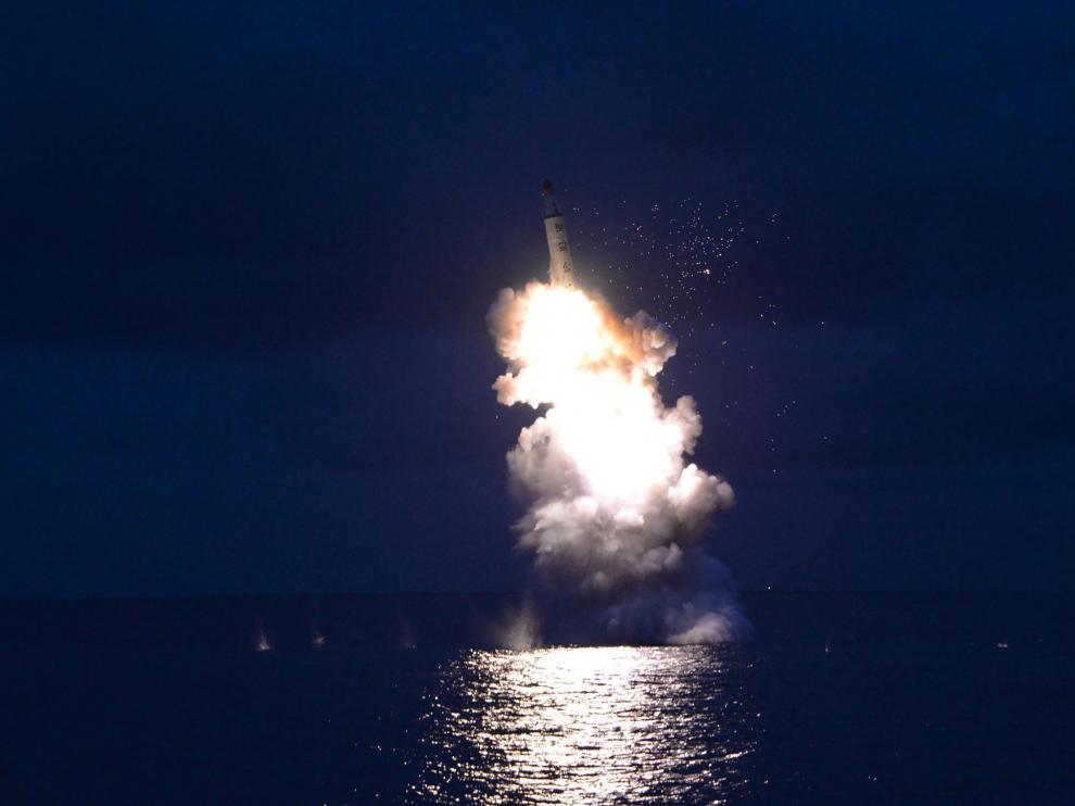 Imágenes del lanzamiento del misil norcoreano desde un submarino.