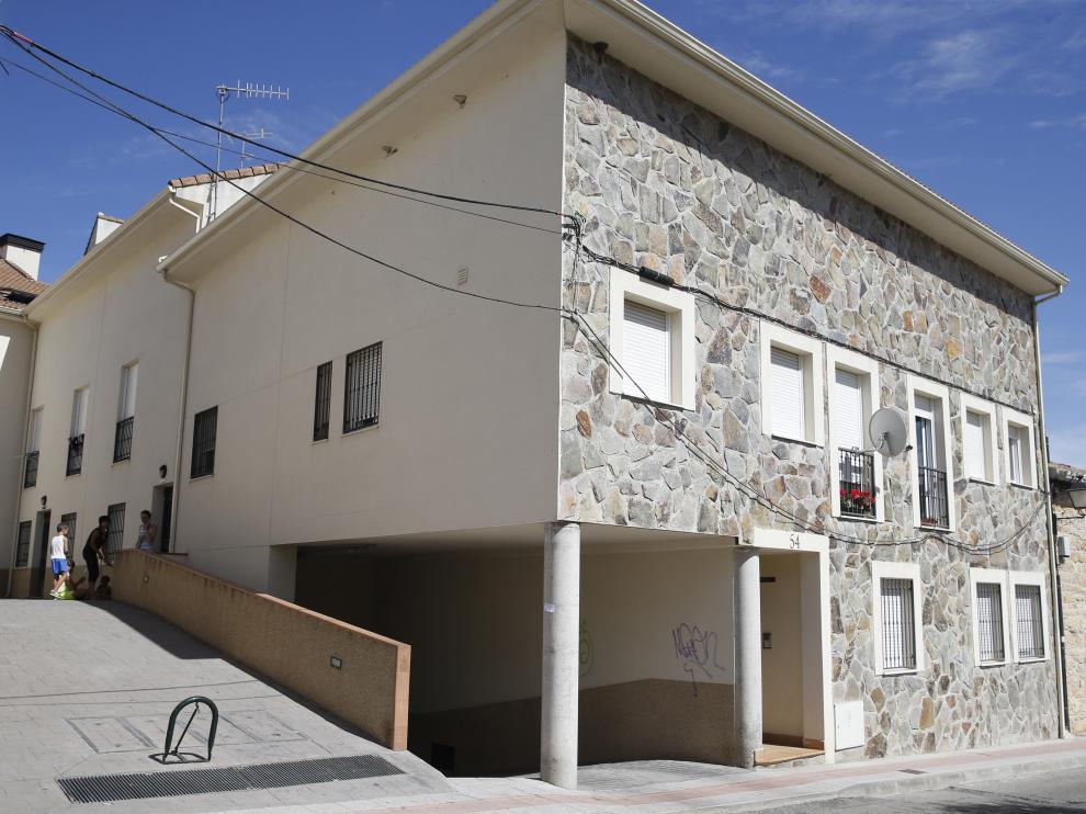 Fachada del edificio en el que se encuentra la vivienda ocupada.
