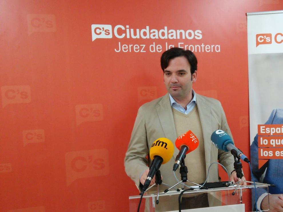 Foto del edil Mario Fernando Rosado en una rueda de prensa de su partido compartida el 30 de junio