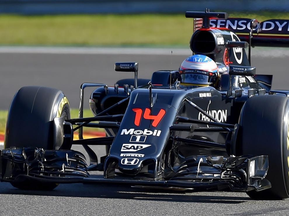 Fernando Alonso conduce el coche de McLaren
