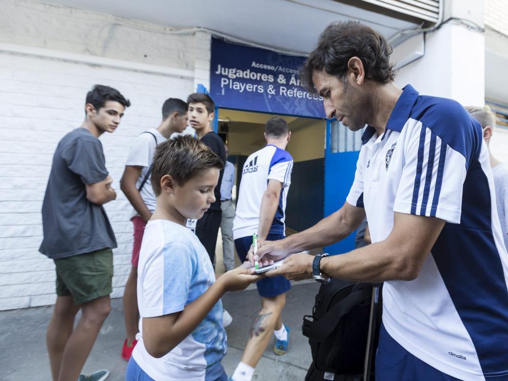 Milla firma un autógrafo antes de partir hacia Lugo