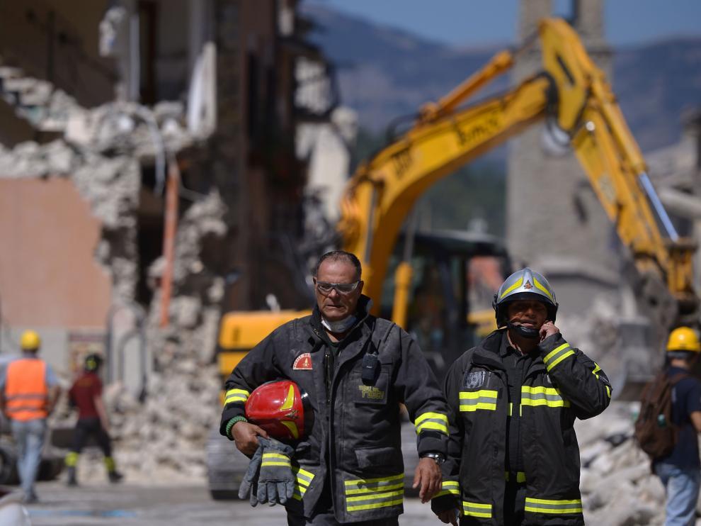 Los equipos de rescate siguen trabajando mientras se suceden los temblores