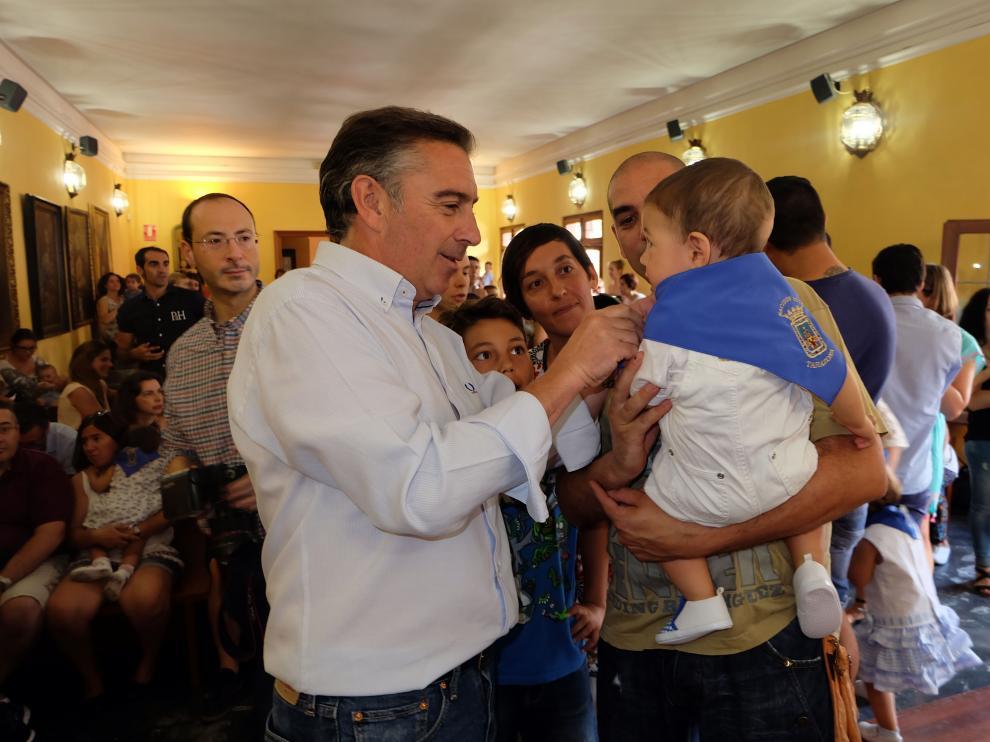 El alcalde, Luis María Beamonte, haciendo entrega de uno de los pañuelos.