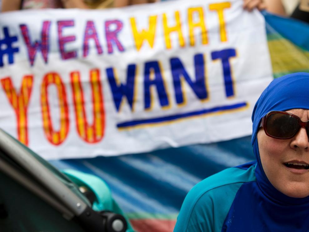 Una mujer se manifiesta junto a un grupo contra la prohibición del burkini en Londres