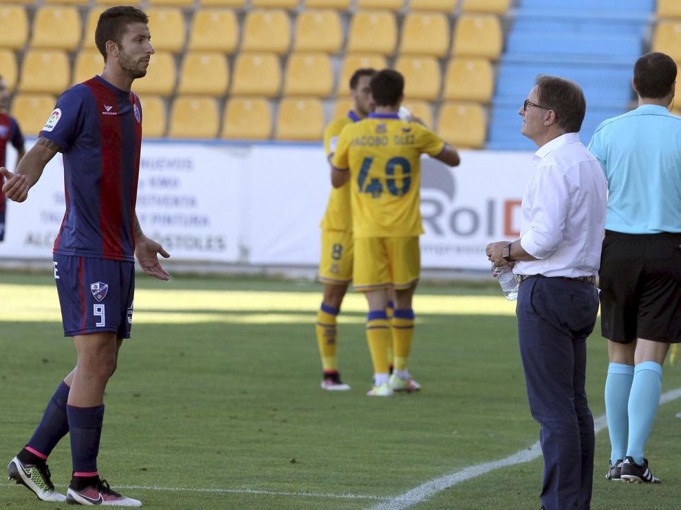 Borja Lázaro recibe instrucciones de Anquela en el debut liguero contra el Alcorcón