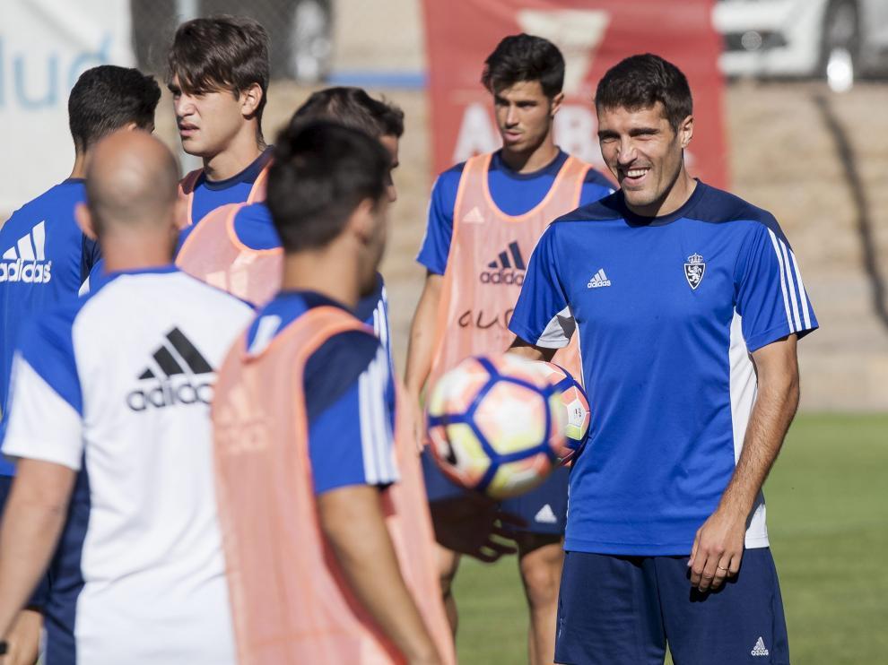 Alberto Zapater, sonriente en un entrenamiento del Real Zaragoza