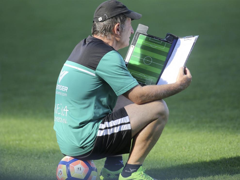 Anquela, durante el entrenamiento del Huesca de este viernes