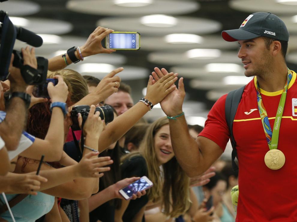 El olímpico Cristian Toro es recibido por sus aficionados en Madrid tras llegar de Río