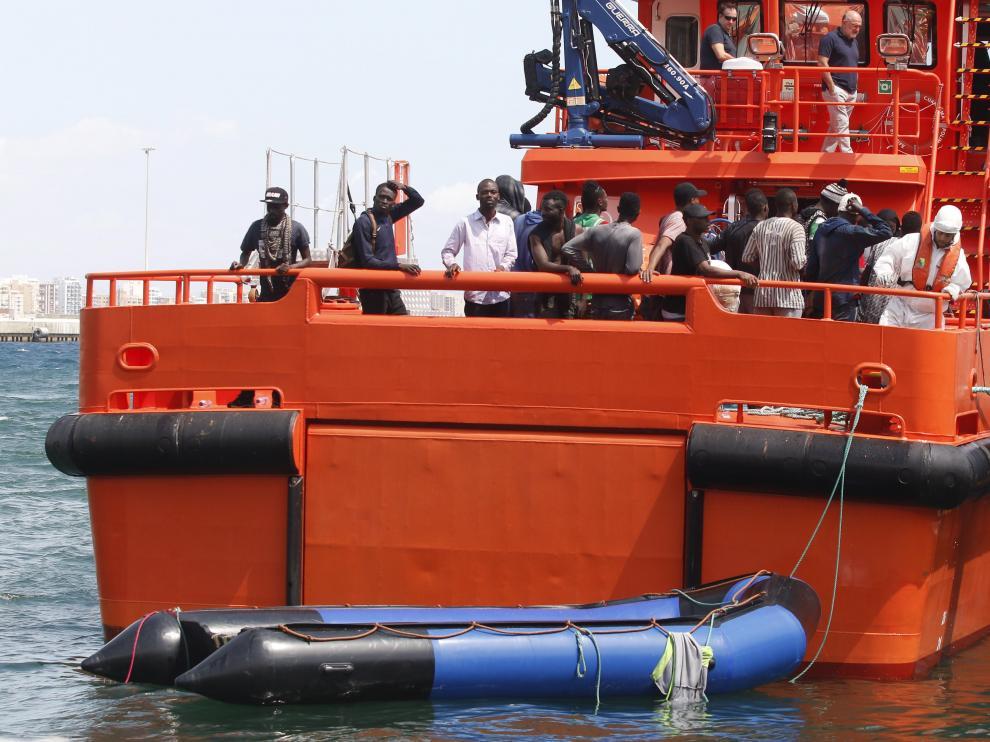 La Guardia Civil y Salvamente Marítimo trasladan al puerto de Almería a los tripulantes de una patera en la que viajaban inmigrantes de origen subsahariano