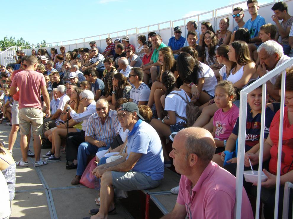Aficionados turiasonenses en la plaza portátil durante el festejo taurino