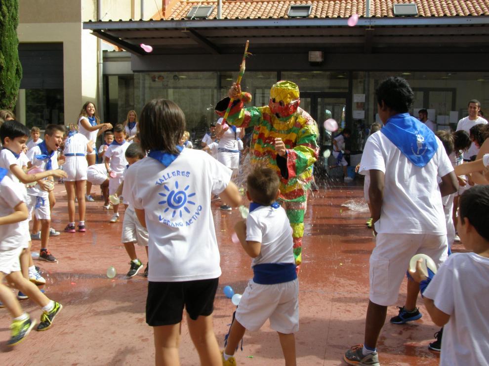 Los niños han lanzado globos de agua al Cipotegato de la ludoteca.